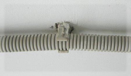 Крепление проводов на потолке